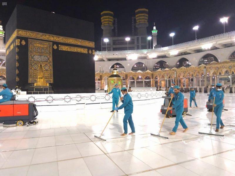 تعقيم المسجد الحرام ومرافقه وصحن المطاف
