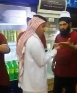 """في إطار حملة """"غذاؤكم أمانة"""".. مراقبو بلدية يعاينون نظافة أيدي عمال أحد المطاعم (فيديو)"""