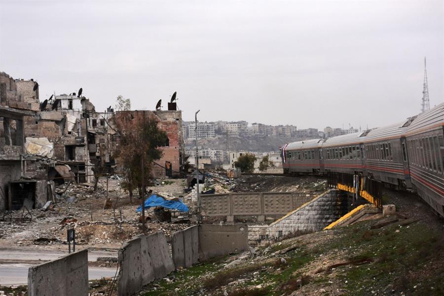 بالصور.. أول قطار يصل حلب منذ 4 سنوات والركاب يصدمون بحجم الدمار