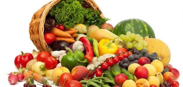 تناول الطعام بانتظام وتجنب تأخير أو تفويت الوجبات لتنظيم وظيفة الأمعاء، واتباع نظام غذائي مناسب وتناول الأطعمة الغنية بالألياف، مثل الخضراوات والفواكه والمكسرات والحبوب الكاملة.