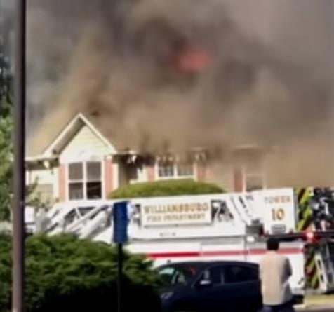 حادثة غريبة في أمريكا.. مروحية تسقط على منزل وتتسبب باندلاع حريق كبير (فيديو)