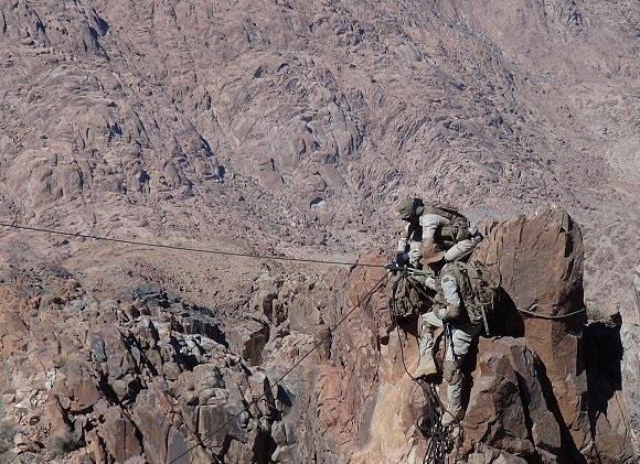 إنقاذ جندي سقط في منطقة جبلية وعرة بعد عملية عسكرية قتل فيها 18 مسلحاً حوثياً