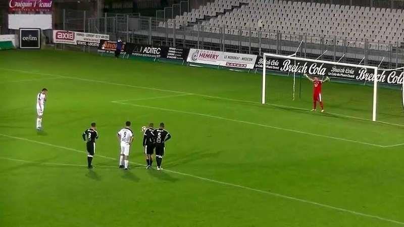 بالفيديو .. حارس مرمى فرنسي يتصدى لأغرب ركلة جزاء في تاريخ الكرة