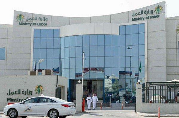 فرع وزارة العمل بالرياض يضبط 5 مخالفات ويغلق 6 محلات في العزيزية