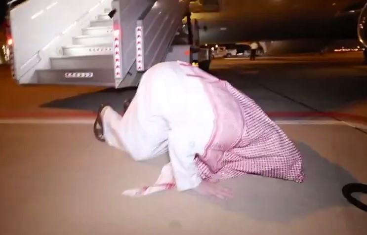 تركي آل الشيخ يعود للرياض ويسجد شكرا بعد نزوله من الطائرة