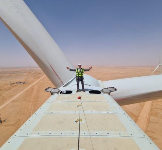 السفير الفرنسي في المملكة ينشر صورته وهو يعتلي إحدى عنفات الرياح