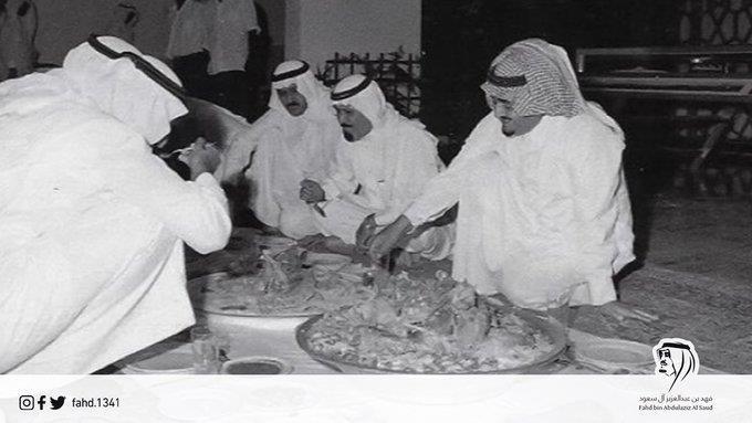 صورة تاريخية تجمع خادم الحرمين مع الملك فهد والملك عبد الله أثناء تناول الطعام