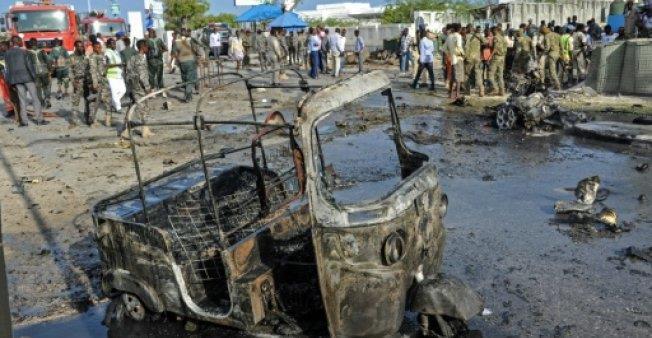 حطام سيارة تعرضت لتفجير امام البرلمان في مقديشو