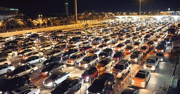 زحام على جسر الملك فهد للمغادرين إلى البحرين بعد السماح بالعبور