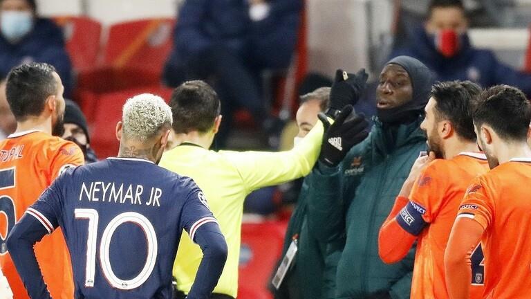 تعليق عنصري من أحد الحكام يوقف مباراة باريس سان جيرمان وفريق تركي