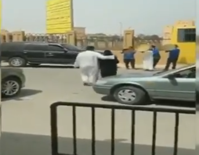 شاهد.. أب وأبناؤه يستقبلون ابنتهم الخريجة بالدفوف لحظة خروجها من الجامعة