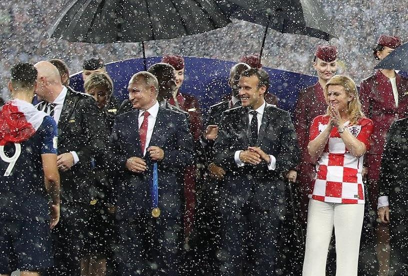 تحت زخات المطر وعناق 3 رؤساء دول.. إنفانتينو يتوج فرنسا أبطالا لكأس العالم (فيديو وصور)