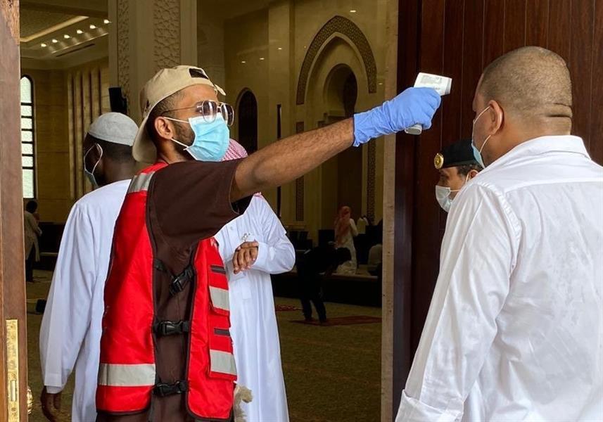 """""""الهلال الأحمر"""" ينفذ فحصاً أولياً وتعقيم وتنظيم المصلين في صلاة الجمعة بعدد من المناطق"""