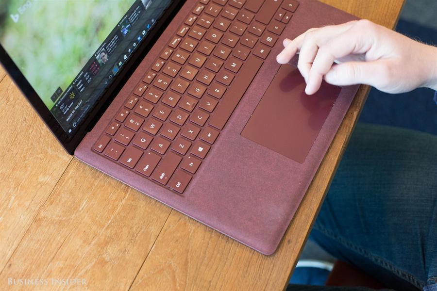"""بالصور.. """"مايكروسوفت"""" تستعد لإطلاق حاسوبها المحمول المنافس لـ""""ماك بوك"""""""