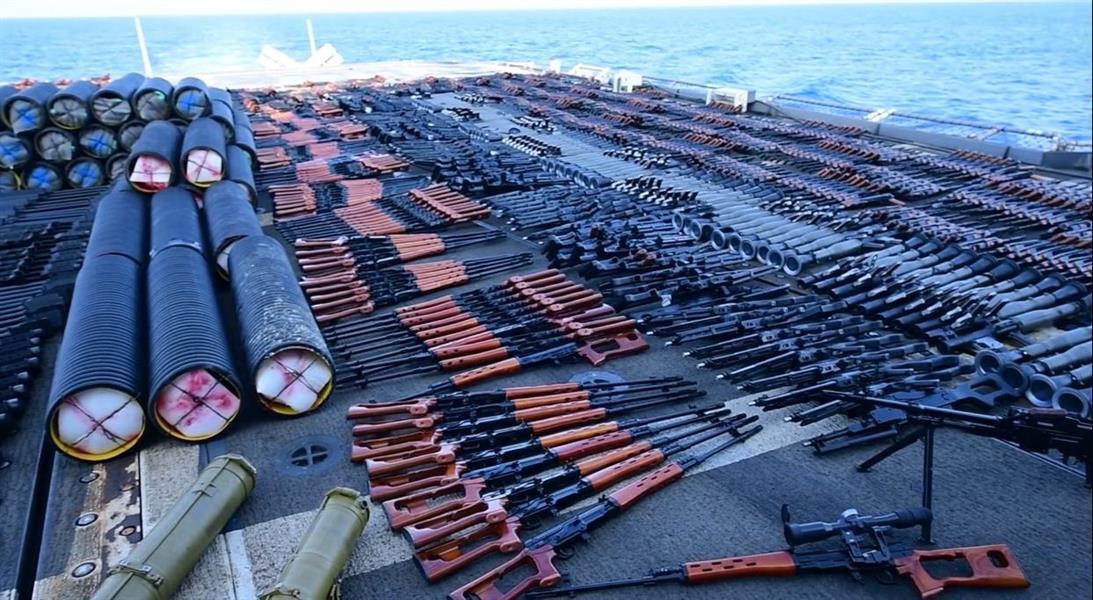 الأسطول الأمريكي الخامس يضبط شحنة أسلحة مهربة في بحر العرب (صور)