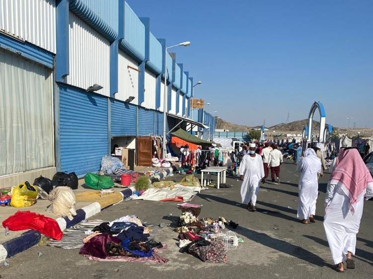 أمانة الطائف تزيل 39 بسطة مخالفة بسوق المسترجعات (صور)