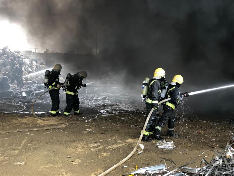 """""""الدفاع المدني"""" يخمد حريقاً اندلع في صناعية أبها"""