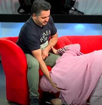 شاهد.. سيدة جزائرية تقبل قدم زوجها على الهواء.. وتوضح السبب