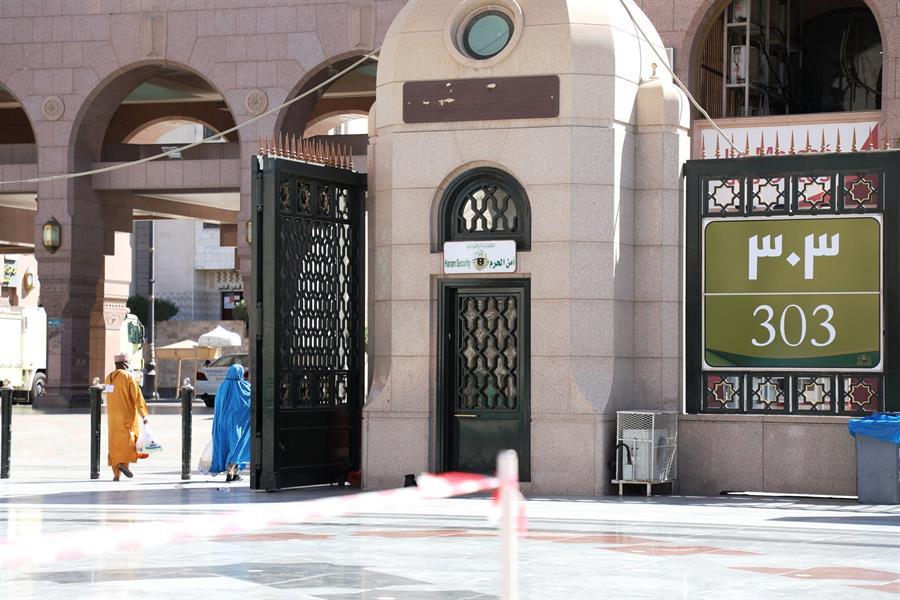 صور.. تغيير أرقام لوحات المسجد النبوي للاسترشاد والربط مع المنطقة المركزية