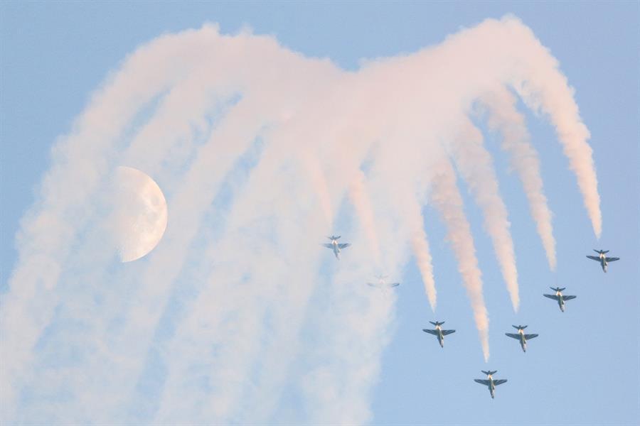 شاهد.. طائرات حربية تقدم عروضاً جوية في سماء الخبر