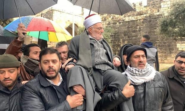 خطيب المسجد الأقصى يدخله محمولا على الأكتاف