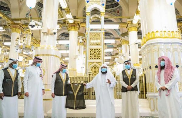 """""""السديس"""" يدشن الزي الرسمي الجديد لإدارتي شؤون الحرم القديم والتوسعة السعودية الأولى"""