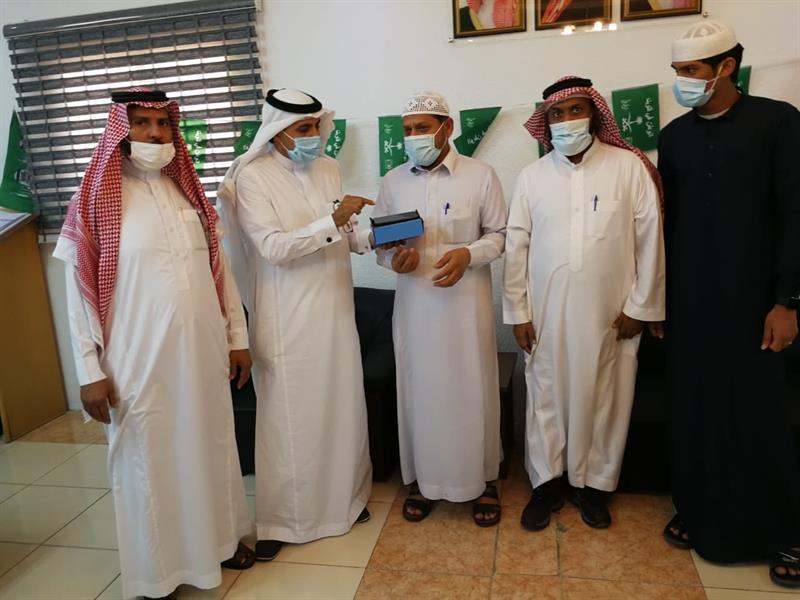 """كيف تصرف معلمون في مكة مع طالبَين أحدهما تابع """"مدرستي"""" بدون واجبات والآخر انقطع عنها"""