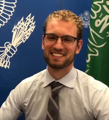 """شاهد.. ضابط أمريكي يروي تجربته في محاولة تعلم اللهجة السعودية.. ما بين """"إقلط"""" و""""يالبّى قلبك"""""""