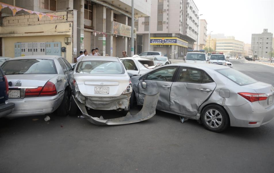 رفض التوقف فتم التعامل معه بإطلاق النار.. توقيف سائق شيول تعمد تحطيم 15 سيارة بمكة