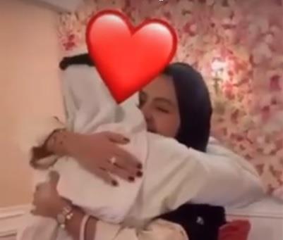مشهد مؤثر لمبتعثة سعودية تفاجئ أسرتها بعودتها بعد غياب سنتين في أمريكا