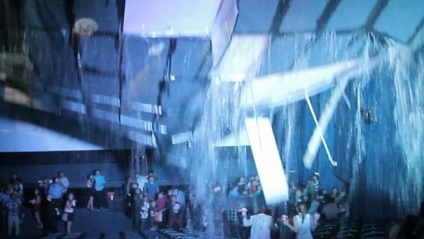 انهيار سقف سينما على المئات من المتفرجين في الفلبين – فيديو