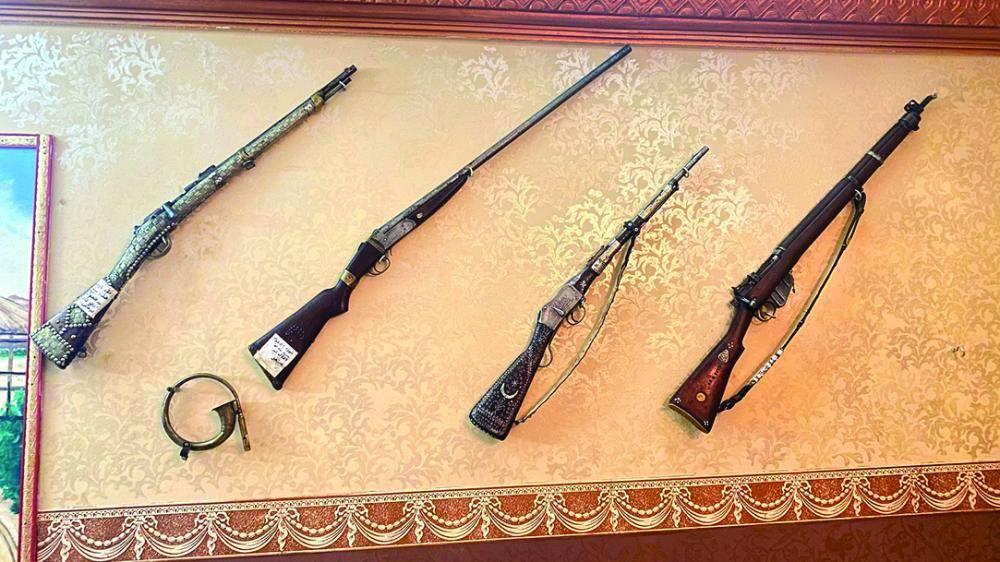 بعضها يعود لـ600 عام.. مواطن يُؤسس متحفًا للأسلحة التراثية في جازان