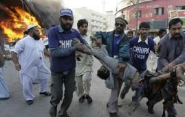 محاولة انقاذ احد الجرحى في احد التفجيرات