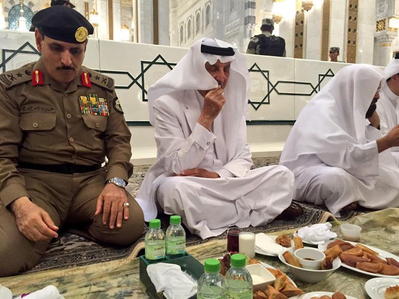عبدالرحمن الفيصل Detail: بالصور.. خالد الفيصل يشارك رجال الأمن إفطارهم