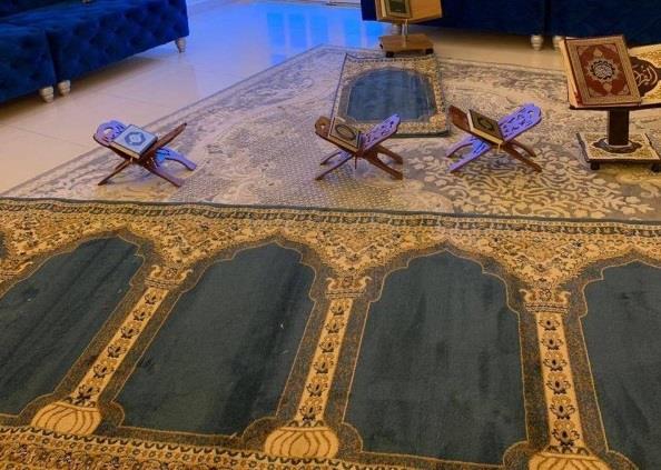 أسر تستعد بمصليات منزلية لأداء التراويح في رمضان
