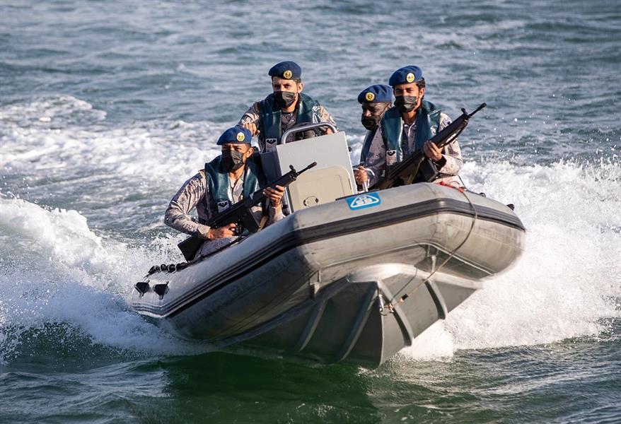 حرس الحدود بالقنفذة ينقذ مواطنين تعطل قاربهما وسط البحر