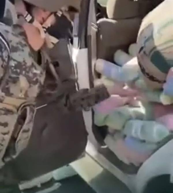 الأفواج الأمنية بجازان تحبط تهريب كمية كبيرة من القات مخبأة داخل سيارة