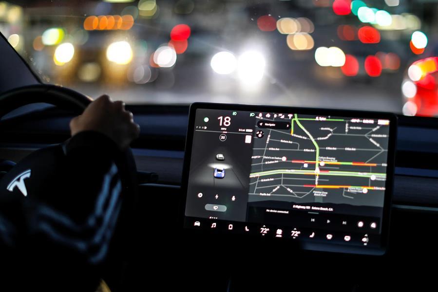 هذا ما يفعله مرشد تيسلا الآلي بالسائقين