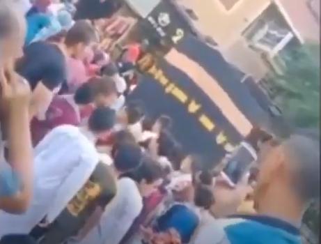 صريون يطوفون حول مجسم للكعبة في الشارع احتفالاً بيوم عرفة.. والأزهر يُعلق