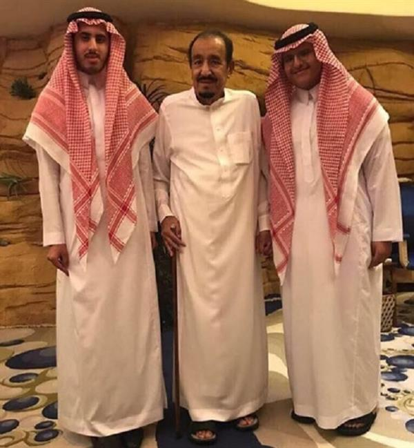 صورة لخادم الحرمين مع حفيديه سلمان وخالد ابني الأمير عبدالعزيز بن سلمان.
