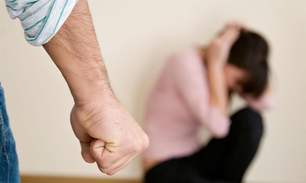 ما الخطوات التي يجب على المرأة القيام بها إذا تعرضت لعنف أسري؟