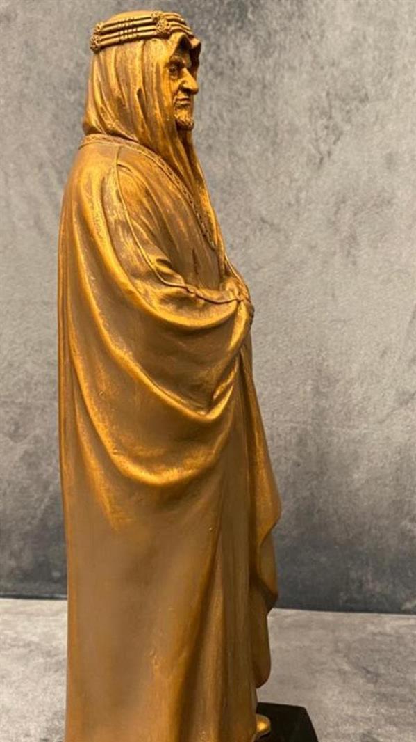نحت شخصيات ترتدي الزي السعودي الرسمي الثوب والشماغ والبشت