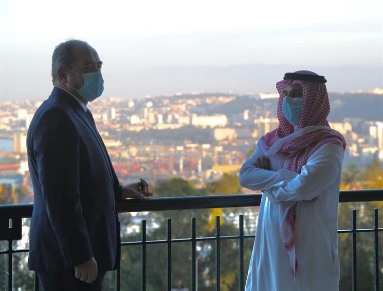في أول زيارة رسمية.. وزير الخارجية ينشر صورة له برفقة نظيره الجزائري