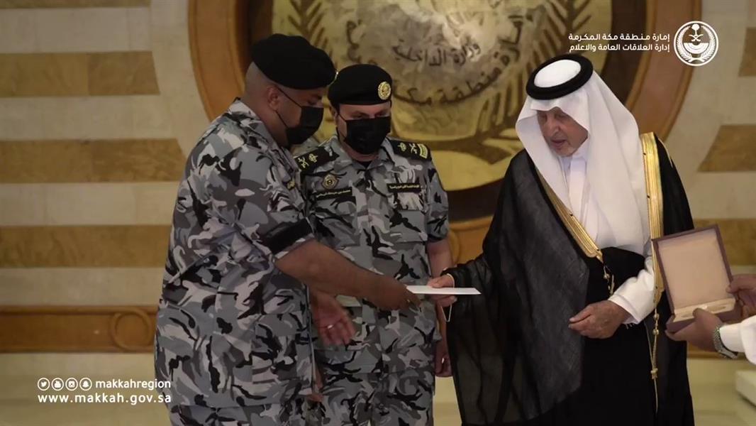 أمير مكة يكرّم جندياً أعطى مظلته لمعتمر
