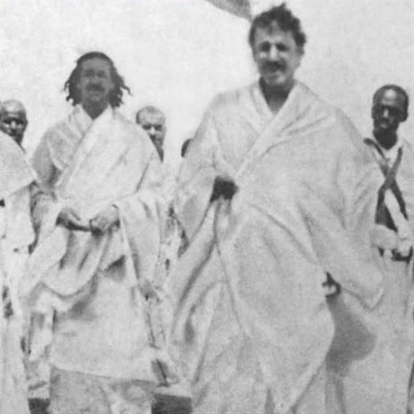 صورة نادرة تجمع الملك عبدالعزيز وابنه الملك سعود بلبس الإحرام خلال تأدية مناسك الحج