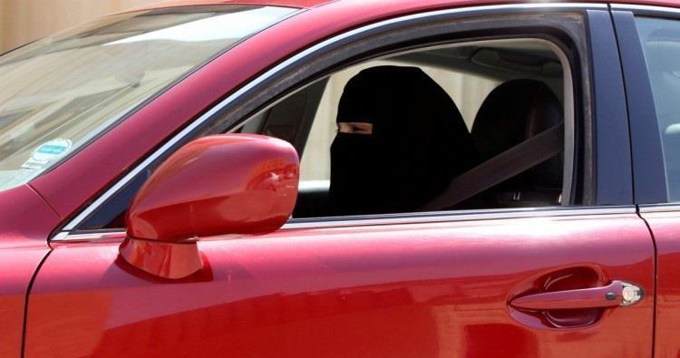 وزير الداخلية يوجّه بتحديد متطلبات قيادة المرأة للسيارة.. والتقنيات الداعمة لذلك