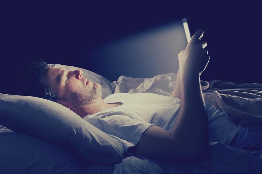 تتصفح الجوال النوم اتبع التعليمات