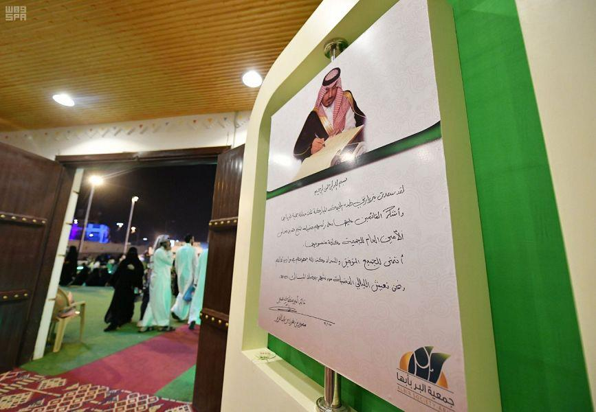 هذا ما كتبه أمير عسير على صورة الأمير منصور بن مقرن (صور)