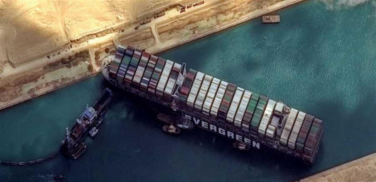 تيارات عنيفة ورياح.. مصابان بانقاذ سفينة السويس يرويان