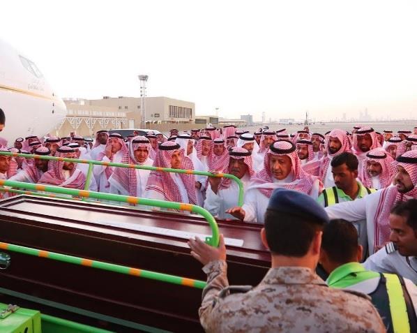 شاهد.. وصول جثمان الأمير منصور للرياض.. ووالده الأمير مقرن في مقدمة مستقبليه